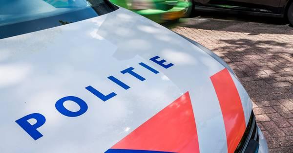 Fatale botsing in Friesland, politie treft vermoedelijke bestuurder later dood aan in loods van boerderij.
