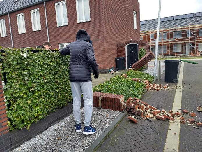 De omgewaaide muur in Zuidbroek.
