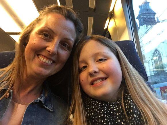 Met mama Stefanie in de trein.