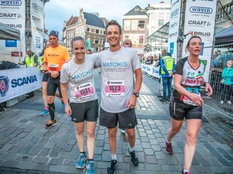 Esther (34) en Rutger (31) lopen halve marathon Zwolle voor overleden broer: 'Hij zou enorm trots zijn'