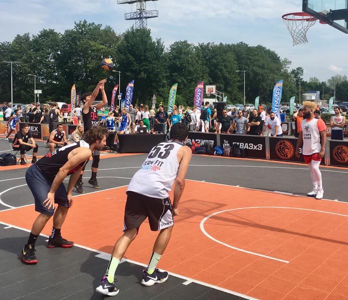 Sputters mag aanleggen voor een vrije worp tijdens het 3x3 basketball-evenement bij de Rijnhal in Arnhem. De beide kemphanen staan geheel links (Lothar Luinge) en rechts (Mr. Drayes).