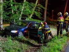 Automobilist mist bocht en knalt met auto op lantaarnpaal in Dorst