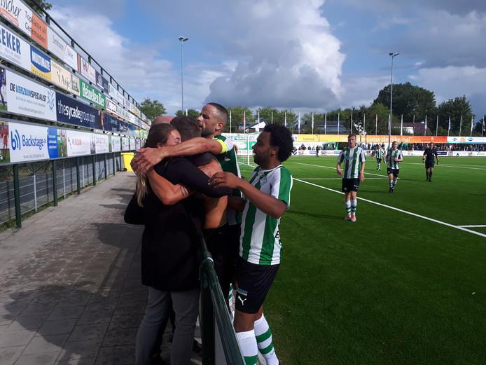 Kay Velda viert de 2-1 van Genemuiden met oude bekenden langs de lijn.