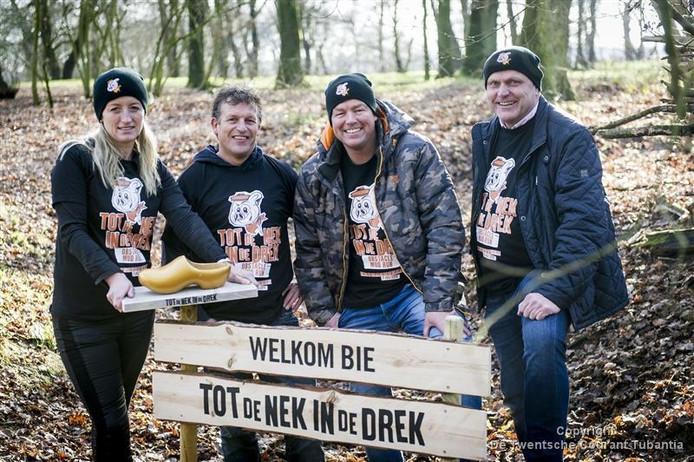 De stichting Sportpromotie Twenterand heeft een nieuwe activiteit in petto: 'Tot de nek in de drek'. Vanaf links: Julian Eshuis, André Spit, Stefan Schipper en Jan Koppelman.