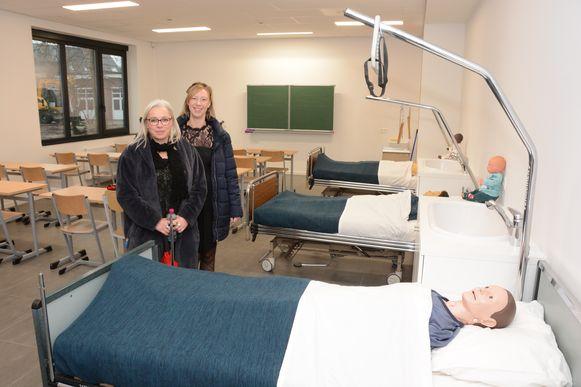 Directeur Kathleen Thomassen en adjunct Phaedra Van Brussel in het nieuwe praktijklokaal voor de richting verzorging.
