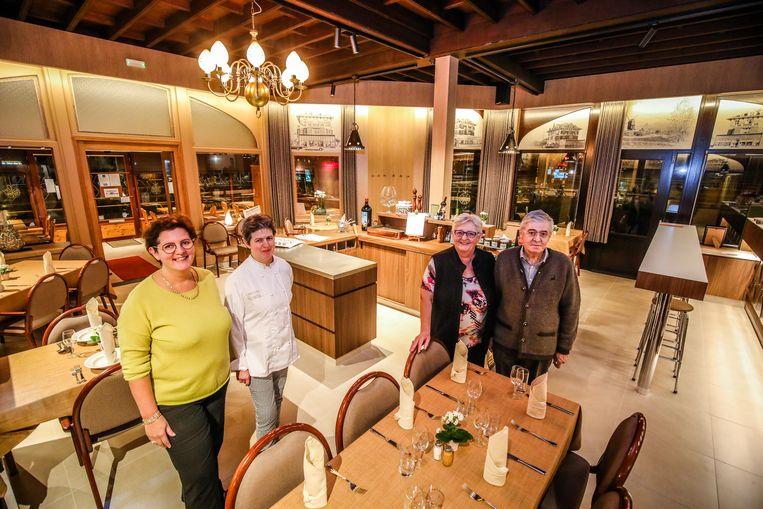 Dochters Sofie en Hannelore met hun ouders Jenny en André in het vernieuwde restaurant