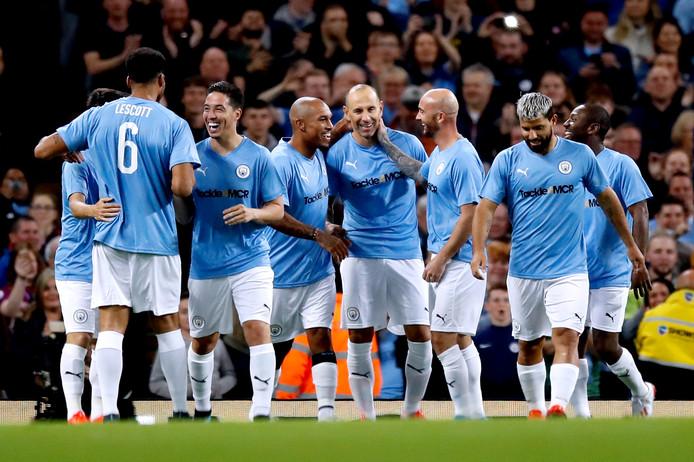 Martin Petrov scoort namens de Manchester City Legends.