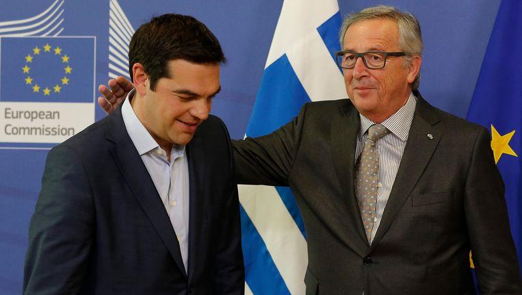 De voorzitter van de Europese Commissie, Jean-Claude Juncker (rechts) verwelkomt de Griekse premier Alexis Tsipras.