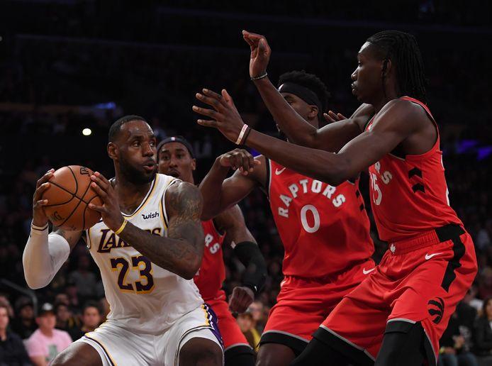 LeBron James (l) in actie tegen Toronto.