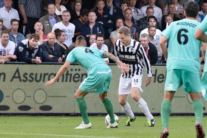 Frank Hol gaat het duel aan met FC Dordrecht-verdediger Nando Wormgoor.