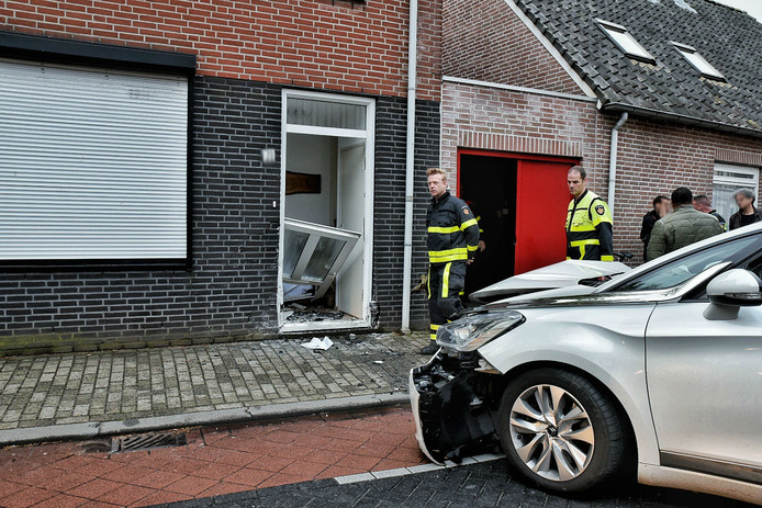 Automobilist ramt gevel woning Tilburg.
