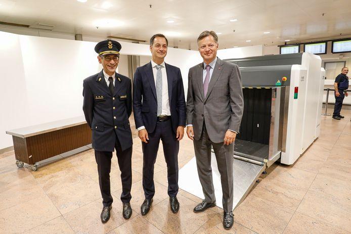 De baas van de douane (l.) en van de luchthaven (r.) heten minister De Croo welkom.