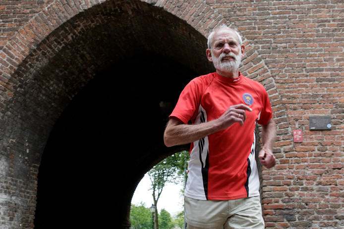Wedstrijdleider en parcoursmaker Jan Rood van de Hanzeloop op zijn favoriete plek van het parcours, de steeg bij de Drogenapstoren.