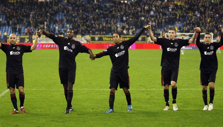 Demy de Zeeuw, Mitchell Donald, Urby Emanuelson, Toby Alderweireld en Ismail Aissati (vlnr) bedanken hun fans na afloop van de wedstrijd tegen Vitesse. Foto ANP Beeld