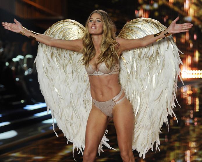 Doutzen Kroes als 'Angel' van Victoria's Secret op de catwalk.