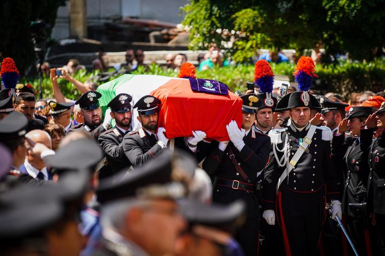 Carabinieri dragen de kist van hun doodgestoken collega Mario Cerciello Rega bij de begrafenis in Somma Vesuviana (Napels).