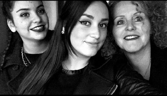 De zussen Zeynep (links) en Kezban met hun moeder Miranda.