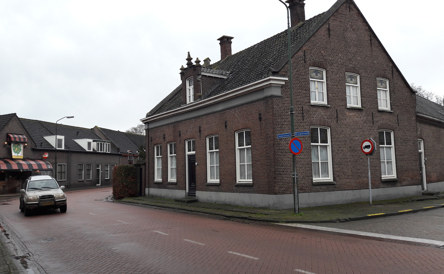 De oude tabakskerverij met de hoek (daar waar de heg staat) die de gemeente nodig heeft voor de herinrichting van de N616