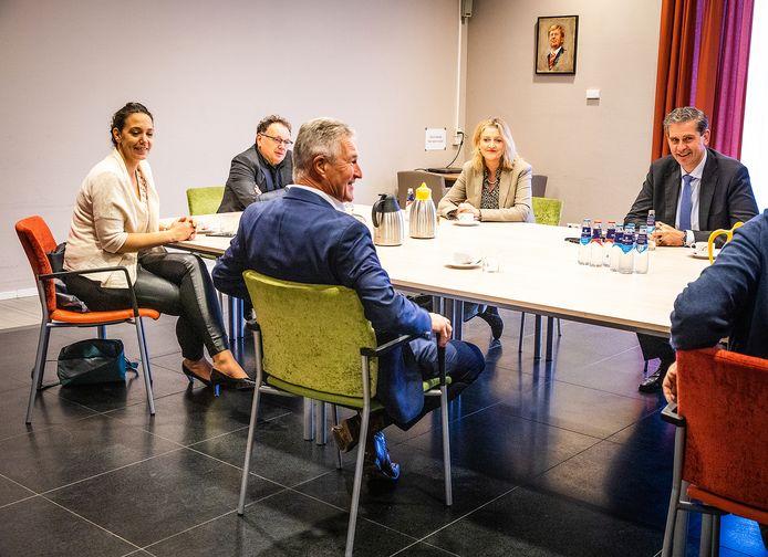 Medewerkers van de Veiligheidsregio Zuid-Holland Zuid op bezoek bij Zorgwaard in Puttershoek.