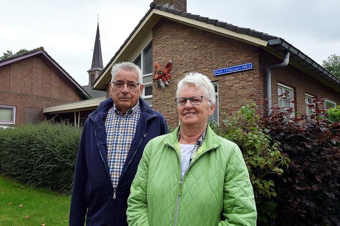 Adrie Hommel en Mieke Dam voor het voormalige huis van Marie de Natris-Suijkerbuijk. De twee hielpen Marie waar nodig, zodat de Nieuw-Vossemeerse tot op zeer hoge leeftijd in haar eigen huis kon blijven wonen.
