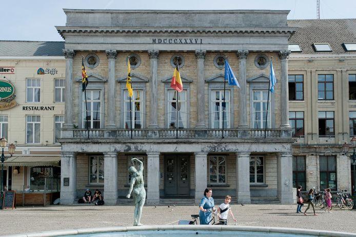 Het stadhuis van Tienen in het centrum.