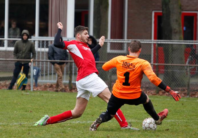 Chris Seghers van Clinge (links) in actie tegen Roosendaal.