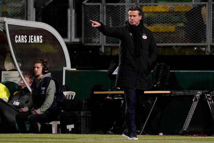 Ernest Faber, coachend bij ADO-PSV.