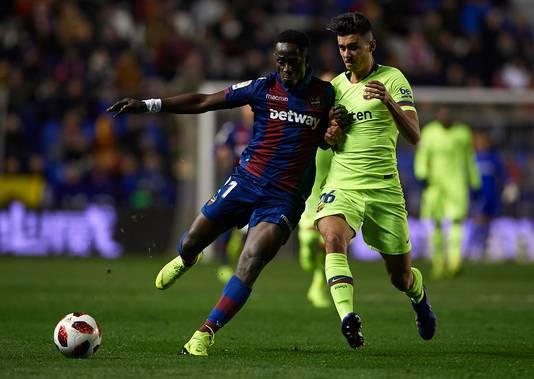 Emmanuel Boateng (links) namens Levante in duel met Juan Brandariz van Barça (rechts).