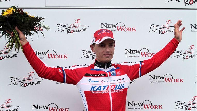 De Sloveen Simon Spilak wint niet alleen de rit, hij palmt ook de leiderstrui in.