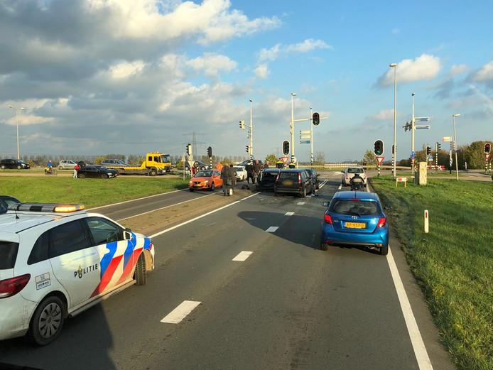 Bij de stoplichten in Bemmel ging het zaterdag mis met vier auto's.