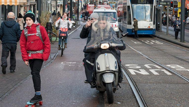 Met ingang van 8 april worden de meeste fietspaden binnen de Ring verboden terrein voor snorscooters Beeld Maarten Steenvoort