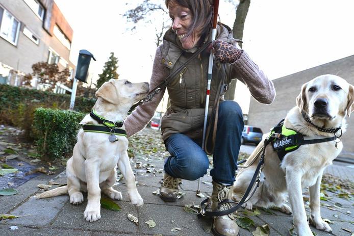 Rian Peters met haar honden.