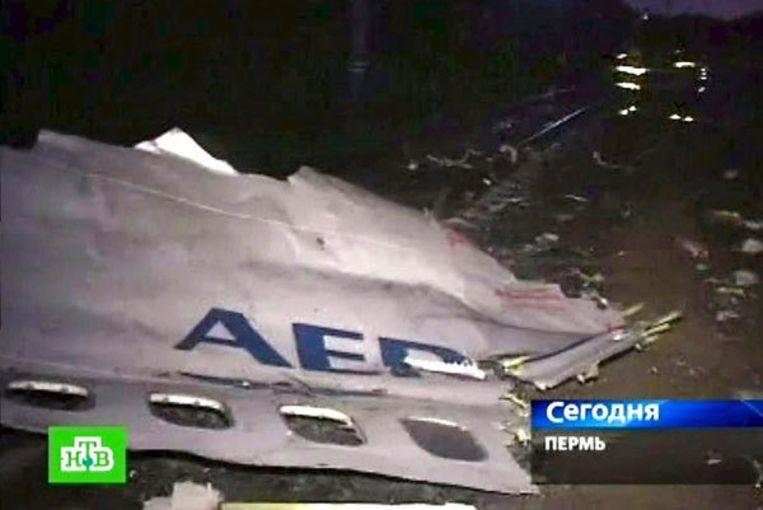Brokstukken van het neergestorte vliegtuig. Foto EPA/NTV Beeld