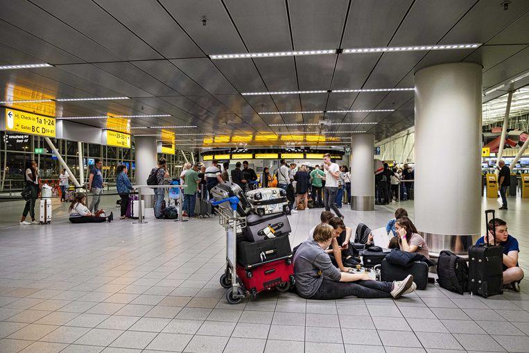Luchthaven Schiphol kampte vrijdag opnieuw met problemen rond de brandstofvoorziening.  Beeld ANP