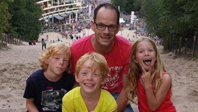 Vader Ricardo van Jaarsveld met zijn kinderen Raven, Noah en Yael.