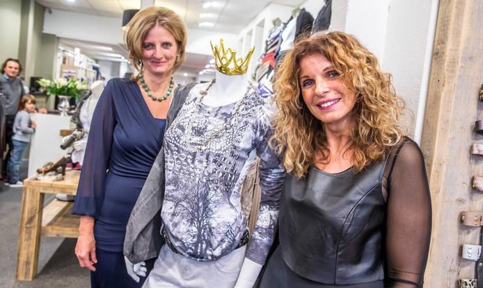 Archieffoto - Linda Udo (rechts) met een van de Diana lookalikes.