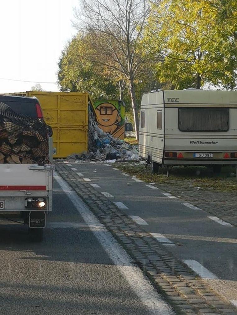 De berg afval op de Tieltsesteenweg. De stank mag u er zelf bij denken.