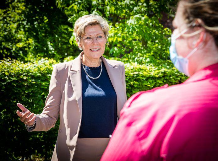 Wethouder Joanne Blaak in gesprek met een zorgmedewerker bij verzorgingshuis Buitensluis in Numansdorp.
