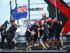 Zeilers Nieuw-Zeeland zegevieren in America's Cup