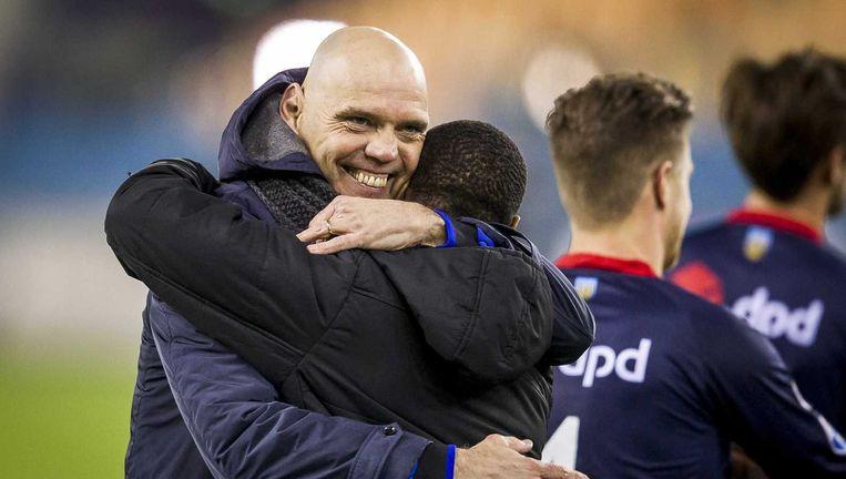 Jurgen Streppel omhelst Willem II-speler Terrel Ondaan na afloop van de wedstrijd tegen Vitesse op 27 februari. Beeld anp