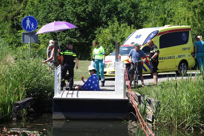 Het slachtoffer wordt behandeld door ambulancepersoneel.