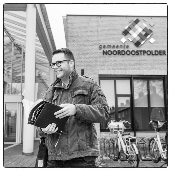 Wim van Wegen voor het gemeentehuis in Emmeloord alwaar hij in burgerraadslid is