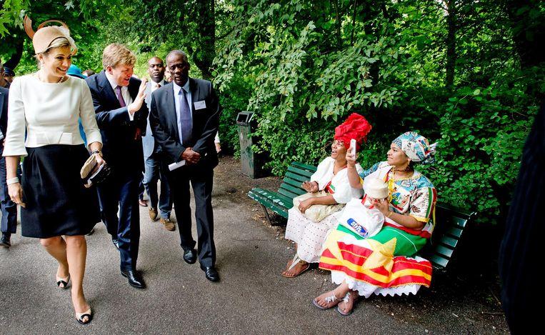 Koning Willem-Alexander en koningin Máxima bij Keti Koti in het Oosterpark in Amsterdam in 2013. Beeld null