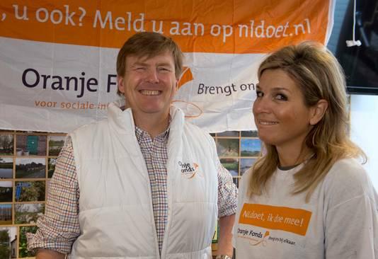 Koning Willem Alexander en koningin Maxima klusten in 2015 in het dorpshuis in Tricht.