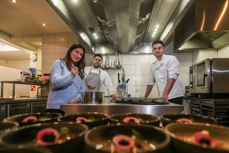 Minister Zuhal Demir roert mee in de potten van Jong Keukengeweld-chefs Lenard Palermo en Bo Frei in restaurant Mardaga in As.