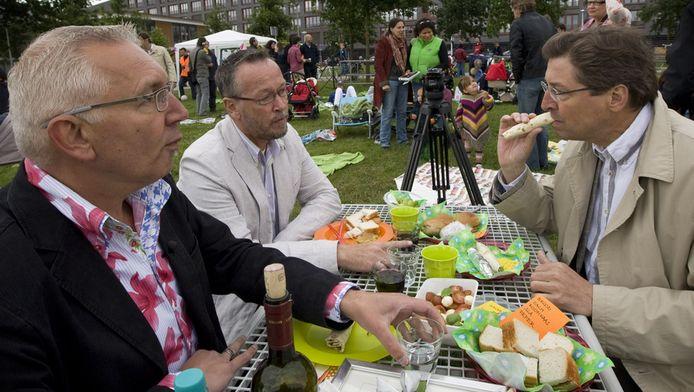 Burgemeester Aleid Wolfsen tijdens een lunch in september 2010 met het homostel Hans van Gemmert (links) en Ton Daalhuizen (tweede links) in het Waterwinpark in Utrecht. Buurtbewoners organiseerden een protestpicknick tegen het wegpesten van het homostel uit de wijk Leidsche Rijn door jongens uit de buurt.