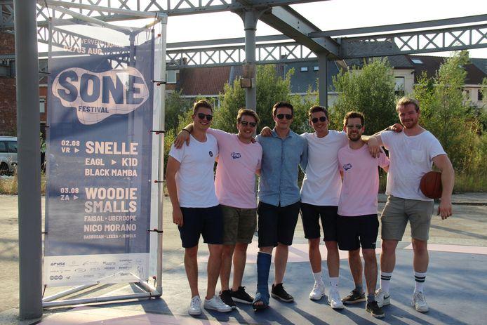Zes van de zeven Ronsenaars die samen het SONE Festival organiseren.