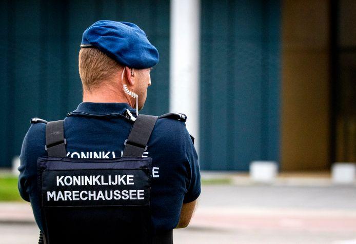 Beveiliging door een lid van de marechaussee.