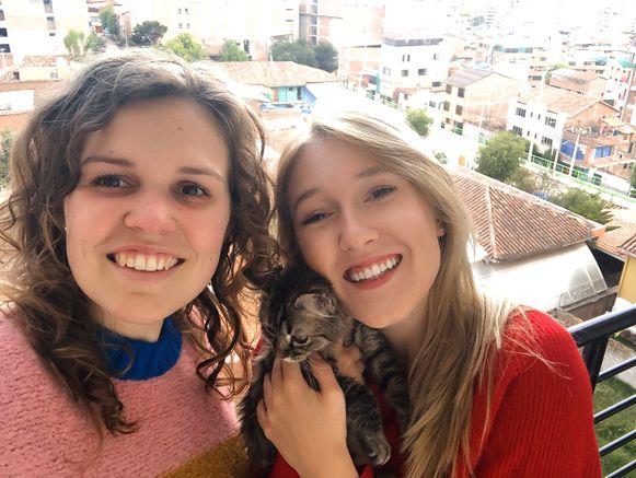 Studentes toegepaste psychologie Fran De Nyn (links) en Selena Ali (rechts) zijn in april gerepatrieerd uit Peru. De geadopteerde kater Lee kwam zo mee naar ons land.