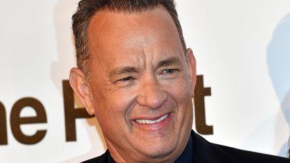 Tom Hanks in kerststemming: acteur trakteert in hamburgertent en bezorgt fans leuke tijd